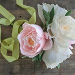 Свадебные украшения на машину — цветы из бумаги и салфеток