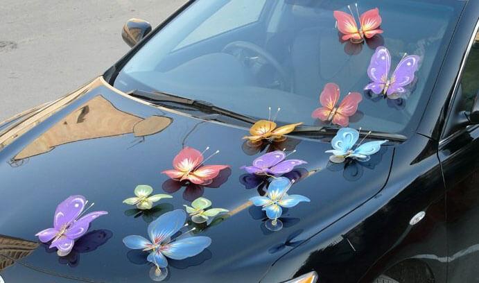 Декор лентами, цветами, бабочками и мягкими игрушками