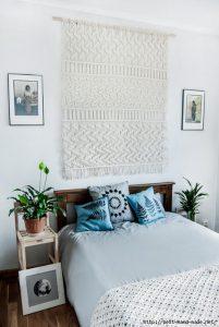 Декор стены у изголовья кровати