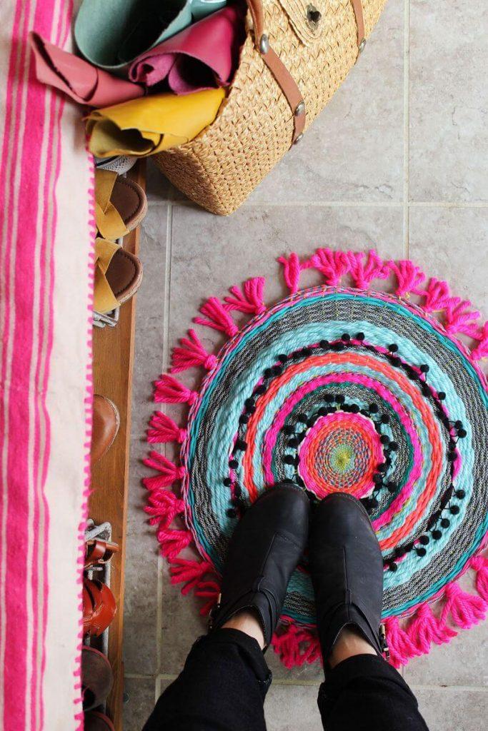 Экономная хозяйка знает, как сделать коврики из старых футболок и маек!